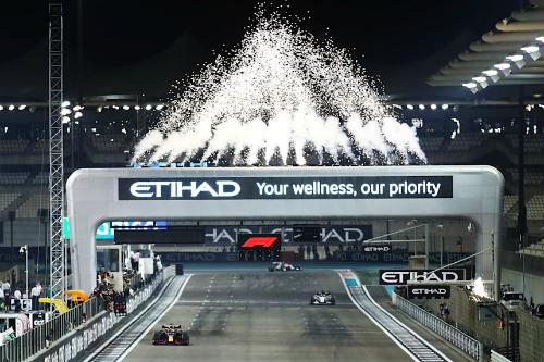 Яскраве завершення сезону на трасі в Абу-Дабі (ФОТО)